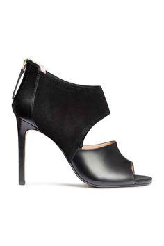 Sandálias salto alto em pele: QUALIDADE PREMIUM. Sandálias em pele e camurça com biqueira aberta. Fecho éclair visível no calcanhar. Forro têxtil e palmilhas em pele. Salto de 11 cm. Solas de borracha.