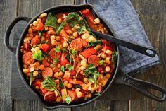 Med en pølsesnabb, noen grønnsaker og et par bokser med kikerter og linser på lur, kan du trylle frem et enkelt, næringsrikt og smakfullt måltid på kort tid. Prøv det du også! A Food, Food And Drink, Dinner Is Served, Frisk, Chorizo, Kung Pao Chicken, Eating Well, Lunch Recipes, Paella