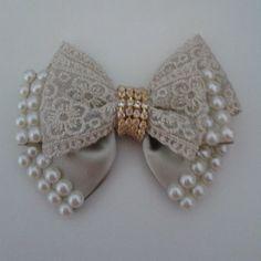 #bicodepato . Diy Bow, Diy Ribbon, Ribbon Work, Ribbon Crafts, Fabric Bows, Fabric Flowers, Diy Headband, Headbands, Barrettes