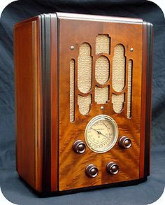 Listen to old time radio shows for free. Hear some of the greatest shows ever produced for radio and some recordings of major historical events. Poste Radio, Retro Appliances, Retro Radios, Old Time Radio, Art Deco Buildings, Phonograph, Tv On The Radio, Vintage Wood, Art Deco Fashion