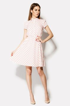 Платье белого цвета DELA с рисунком красных горошин. Наряд сделан из блузочной вискозы, поэтому слегка тянется. Талия на резиночке сложит разделителем наряда на две части: лаконичный верх и свободный волнистый низ. Пуговицы по планке придают платью деликатности и женственности.