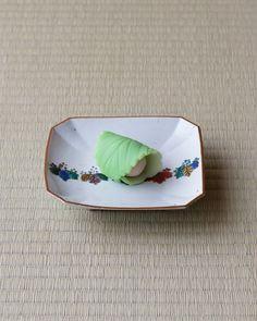 菓=落とし文/塩芳軒(京都) 器=古九谷桐文隅切皿 江戸時代初