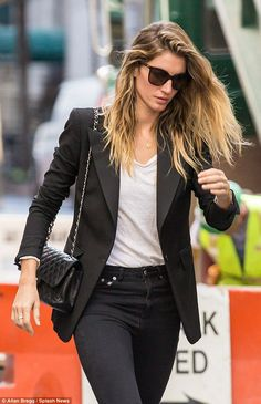Gisele Bundchen bares belly in low-slung boyfriend jeans in NYC #dailymail