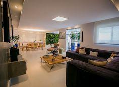 Reforma de apartamento novo une cozinha, sala e varanda