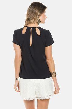 Blusa de manga curta com decote diferenciado e estampa rotativa de alta definição. Confeccionada em chiffon benni stretch.Esta modelo veste P.