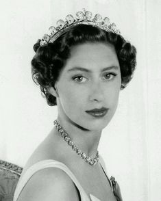 Princess Margaret wears the Cambridge Lover's Knot Royal Princess, Princess Anne, Princesa Margaret, Royal Tiaras, Royal Jewels, Royal Life, Royal House, Margaret Rose, English Royalty