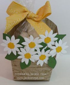 Fry Flower Box - Jackie Topa - Fry Box die and Flower Fair die - from the Annual Catalog Hamburger Box, Fry Box, Projects To Try, Craft Projects, Berry Baskets, 3d Paper Crafts, Pillow Box, Flower Boxes, Craft Fairs
