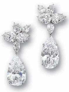 Diamante colgante-pendientes de Harry Winston.  La parte superior de racimo tienen 10 diamantes que suman aproximadamente 14 quilates y suspender dos gotas de diamante en forma de pera, con un peso 19,02 y 20,75 quilates respectivamente.  Via Sotheby.