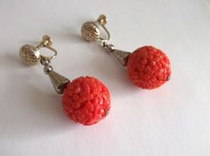 VINTAGE 50 s CORAL EFFECT RED CELLULOID CHUNKY BEAD GOLD TONE DANGLE EARRINGS