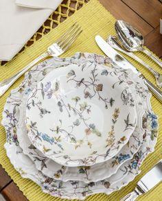 """Uma louça perfeita para a nossa mesa de almoço no jardim de casa! A brasilidade da Coleção Imperatriz está em seu próprio nome: a Imperatriz que Tania Bulhões homenageia com a sua recém-lançada coleção é Leopoldina, esposa de D. Pedro I, que chegou ao Brasil em 1817 e imediatamente se encantou com o """"Paraíso Tropical"""" que encontrou por aqui."""