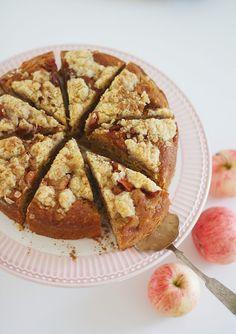 Hyvä esimerkki positiivisesta ongelmasta on se, että omenapuusta tulee niin paljon omenia ettei niitä meinaa ehtiä syödä. Ylijäämäomenoista voi keittää sosetta tai omenat voi viedä työpaikalle piristämään työkavereita – tai sitten omenoista voi leipoa. Eilen... Apple Cake, Piece Of Cakes, Sweet Tooth, French Toast, Food And Drink, Sweets, Bread, Baking, Fruit