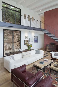 Modern dwelling suspended on a cliff overlooking Lake Austin