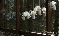 Wisząca ozdoba ganku z gipsówką w roli głównej. #rekwizytorniaandcompany #wesele #urodziny #dekoracje