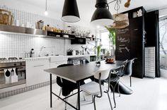 charakterysstyczne krzesla i lampy -  smieszna sciana kuchni z kafelkow - - szaf pomalowana farba kerdowa biało-czarna kuchnia