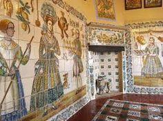 A principios del siglo XVI, los azulejos de Manises tuvieron mucho éxito comercial, sobre todo los de tipo heráldico. En el siglo XVII toda la azulejería valenciana tuvo un importante auge. La cerámica que era de uso popular, será sustituida por la porcelana y sufrirá un golpe tan duro que no se recuperará hasta el siglo XX.