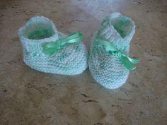 sapatinho para bebê em tricô <br>material: lã <br>medida do pezinho: 10,5 cm <br>as peças em tricô tem flexibilidade de até 3 cm sem alterar o produto.