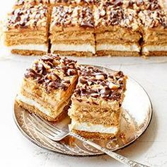 """Pyszne ciasto, idealne na duże rodzinne uroczystości. Wszystkim smakuje i zawsze zbiera dobre opinie :-) Zawiera w składzie wszystko to co dobry miodownik powinien mieć. Kruche miodowe blaty przełożone kremową masą budyniową i masą kajmakową. Na wierzchu zatopione w masie orzeszki ziemne oraz polewa czekoladowa. Ciasto można zrobić z wyprzedzeniem, bo z każdym dniem smakuje jeszcze lepiej. Dodatkowym """"smaczkiem"""" tej wersji miodownika są lekko słone i prażone orzeszki ziemne, które ś... Polish Desserts, Polish Recipes, Baking Recipes, Cake Recipes, Dessert Recipes, Poke Cakes, Cupcake Cakes, Delicious Deserts, Yummy Food"""