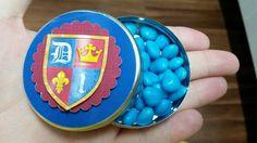 Latinha personalizada em scrapbook no tema Rei  Já recheada com balinhas de coração azuis.  Embalada individualmente em saquinho transparente e fita de cetim.    *Desenvolvemos arte em qualquer tema/cor.