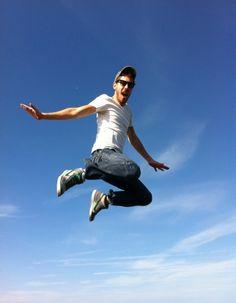 Saut du jour, bonjour ! Et ce sera celui de Rémi sous le ciel bleu d'Etretat, France #artofthejump #jump