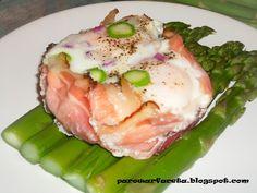 zielone szparagi na parze z jajkiem sadzonym i szynką szwarcwaldzką