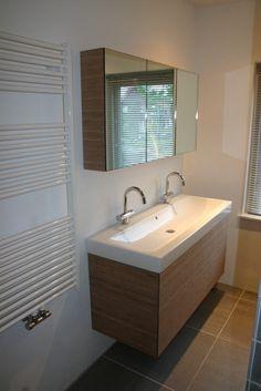 Bamboe wastafelmeubel, spiegelkast en badwand. |