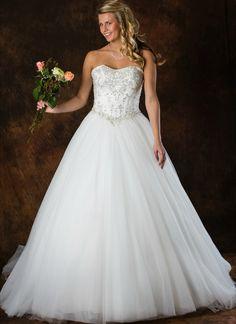 Romantische trouwjurk ALLF24. A-Lijn rok in tule met een mooie zilverkleurige tailleband en zilverkleurig topje. Rugsluiting met romantisch rijglint. Wedding Dresses, Fashion, Tulle, Bridal Dresses, Moda, Bridal Gowns, Wedding Dressses, Weeding Dresses, Wedding Dress