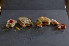 Sandwich à la tartinade d'avocat et au poulet, à gauche sur la photo. Gauche, Sandwiches, Table, Brown Bread, Chicken Breasts, Lawyer, Greedy People, Kitchens, Tables