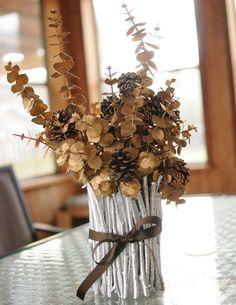 Чудесный букет из сухоцветов с ветками, покрашенными золотой краской