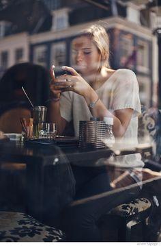 Девушка в кафе Utrecht, Netherlands