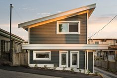 With its bedroom tucked into the lower level, this Vancouver laneway house has plenty of views of the Vancouver cityscape and mountains. Small Tiny House, Micro House, Small Homes, House Plans 2 Story, Small House Plans, Duplex Design, House Design, Different House Styles, Carriage House Plans