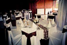Barna esküvői dekoráció, székszoknyával és mintás futóval - Brown wedding decoration with chaircover and patterned table runner