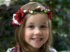 Une couronne de fleurs et baies en taille enfant, parfaite à porter pour un mariage champêtre, pour l'automne ou pour les fêtes (noël, réveillon). ...