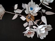 RŮŽE PRO SNĚHULÁKA - sestavit z různorodých materiálů drobnou plastiku bílé růže určenou pro sněhuláka (konstruování papírové plastiky) | Výtvarná výchova Plants, Plant, Planets