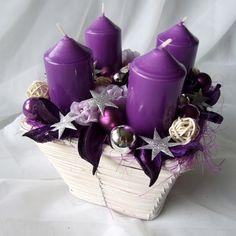 Adventní+svícen+do+fialova+Vánoční+dekorace+laděná+v+odstínech+moderní+fialové+barvy.+Použitý+materiál:+svíčky+bez+parfemace,+proutěný+košík,+skleněné+baňky,+textilní+květy,+proutěné+kouličky+a+další+drobné+dekorace.+Celková+výška+dekorace+je+18+cm,+košík+má+rozměry+15+x+15+cm.+Zboží+balím+pečlivě+do+bublinkové+fólie+a+posílám+v+krabici+vystlané...