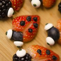 Do you have a little love bug to celebrate this Valentine's Day?  Make these adorable treats! #fruit #htvdaybasket