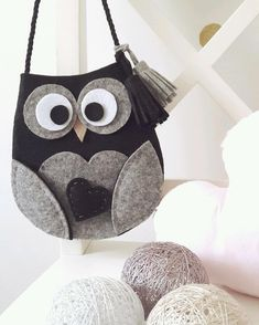 No photo description available. Leather Bags Handmade, Handmade Felt, Handmade Bags, Felt Animal Patterns, Stuffed Animal Patterns, Craft Stick Crafts, Felt Crafts, Animal Bag, Felt Owls