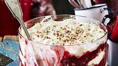 Trifle on kerrosjälkiruoka, johon käytetään kakkupohjaa ja erilaisia täytteitä. Tässä versiossa maistuvat Runebergin tortusta tutut maut. Foods With Gluten, Trifle, Gin, Sweet Recipes, Mashed Potatoes, Special Occasion, Deserts, Goodies, Food And Drink