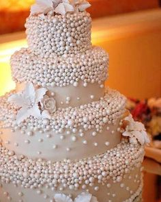 Looking for a wedding cake that will stand out from all the rest? Check out these 30 impressive white wedding cake designs! Fancy Cakes, Cute Cakes, Pretty Cakes, Beautiful Wedding Cakes, Gorgeous Cakes, Amazing Cakes, Cake Pops, Pearl Cake, Bon Dessert