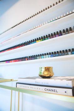 Nail polish shelf - Salon de manucure moderne et glamour I Elaa Décoration
