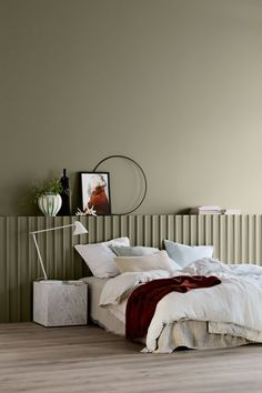 Simple bedroom design with beige walls, grey floor and white bedside lamp Gorgeous shades expected to influence the world of interior design. White Bedside Lamps, Best Bedroom Colors, Bedroom Paint Colors, Murs Beiges, Jotun Lady, Interior Design Trends, Design Ideas, Simple Bedroom Design, Paint Colors