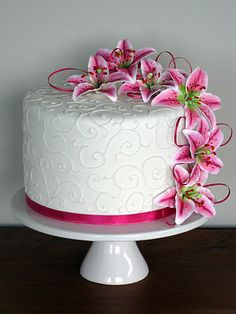 Stargazer Lily cake With tiger lilies Cake Icing, Fondant Cakes, Eat Cake, Cupcake Cakes, Cupcakes, Pretty Cakes, Beautiful Cakes, Amazing Cakes, Lily Cake