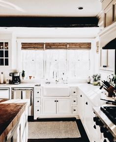 The farmhouse kitchen style has long-lasting appeal that everybody can't deny. This everlasting feature is the champions of kitchen sink design today due to so… Farm Kitchen Ideas, Farmhouse Sink Kitchen, Modern Farmhouse Kitchens, Country Kitchen, New Kitchen, Cool Kitchens, Kitchen Decor, Kitchen Cabinets, Kitchen Sinks