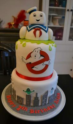 Ghostbusters Stay Puft Birthday Cake - Ghostbusters Mr Stay Puft Birthday Cake - fondant Stay Puft with a bit of tylose mixed in. Printed edible icing sheet Ghostbusters logo, fondant buildings with edible pen ink and printed rice paper characters. Ghostbusters Birthday Party, Ghostbusters Theme, 6th Birthday Parties, Birthday Bash, Birthday Ideas, Party Fiesta, Celebration Cakes, Party Cakes, Eat Cake
