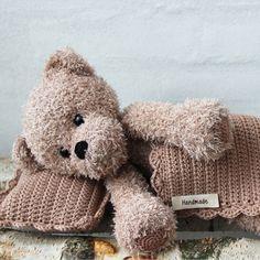 Teddy with blanket and pillow - Basse from Go Handmade Teddy with blanket and pillow - Basse from Go Handmade. Crochet Teddy, Crochet Bear, Knit Or Crochet, Crochet For Kids, Amigurumi Patterns, Crochet Patterns, Granny Pattern, Free Pattern, Sock Animals
