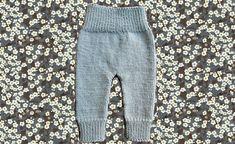 Disse dejlige bløde bukser er strikket i Drops Baby Merino, som er et ultra blødt og skånsomt garn, og derfor perfekt til småbørn. Denne lille