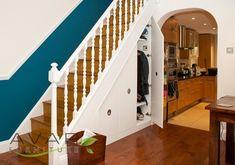 Ou un placard à manteaux secret.   27 idées géniales pour utiliser l'espace sous vos escaliers