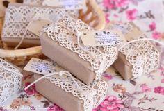 Detalles de boda vintage.  Jabones hechos a mano y personalizados para la boda de R & N.  Artesanal y natural.