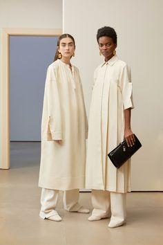 Get inspired and discover Jil Sander trunkshow! Shop the latest Jil Sander collection at Moda Operandi. Fashion Mode, Modest Fashion, Hijab Fashion, Runway Fashion, Womens Fashion, Fashion Trends, Feminine Fashion, Fashion Tips, Jil Sander