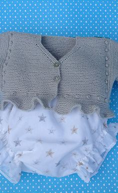 puntomoderno.com Knitting For Kids, Baby Knitting Patterns, Baby Patterns, Tricot Baby, Other Outfits, Baby Cardigan, Sewing Basics, Knitted Dolls, Baby Sweaters