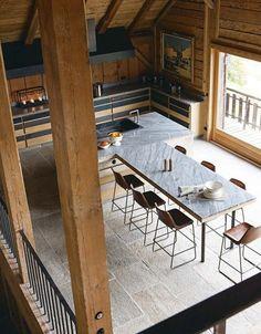 Le grand espace cuisine et salle à manger - Plus de photos de ce chalet sur Côté Maison http://petitlien.fr/72uu